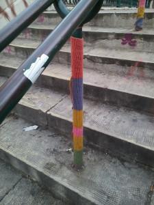 So ähnlich könnte es auch bald am Fünffingerplätzchen aussehen. Fleißige Bürger stricken im MUKIVA und machen den Oasen-Platz winterfest.