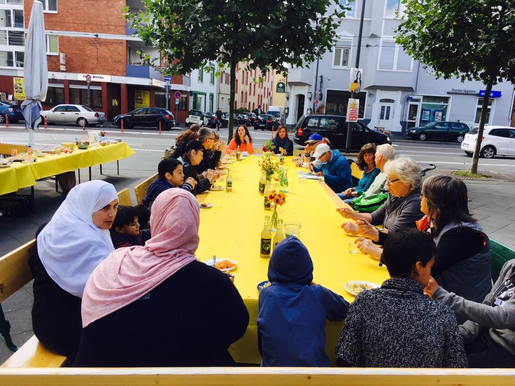 Internationaler, generationenübergreifender plastikfreier Lunch in Bornheim