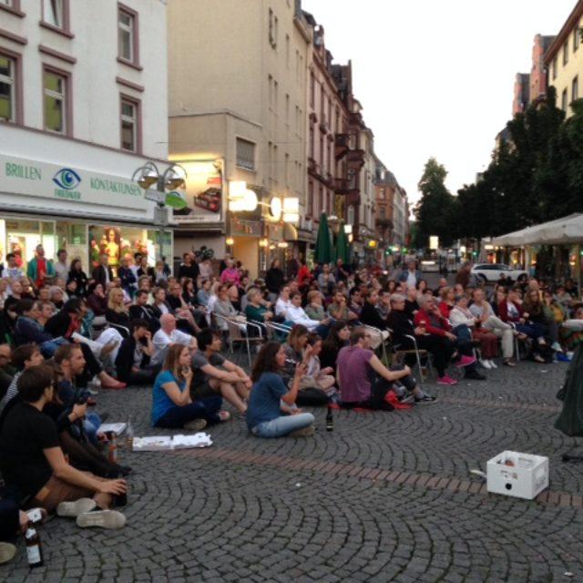 Rund 300 Besucher am Uhrtürmchen zum Bornheimer Open Air Kino